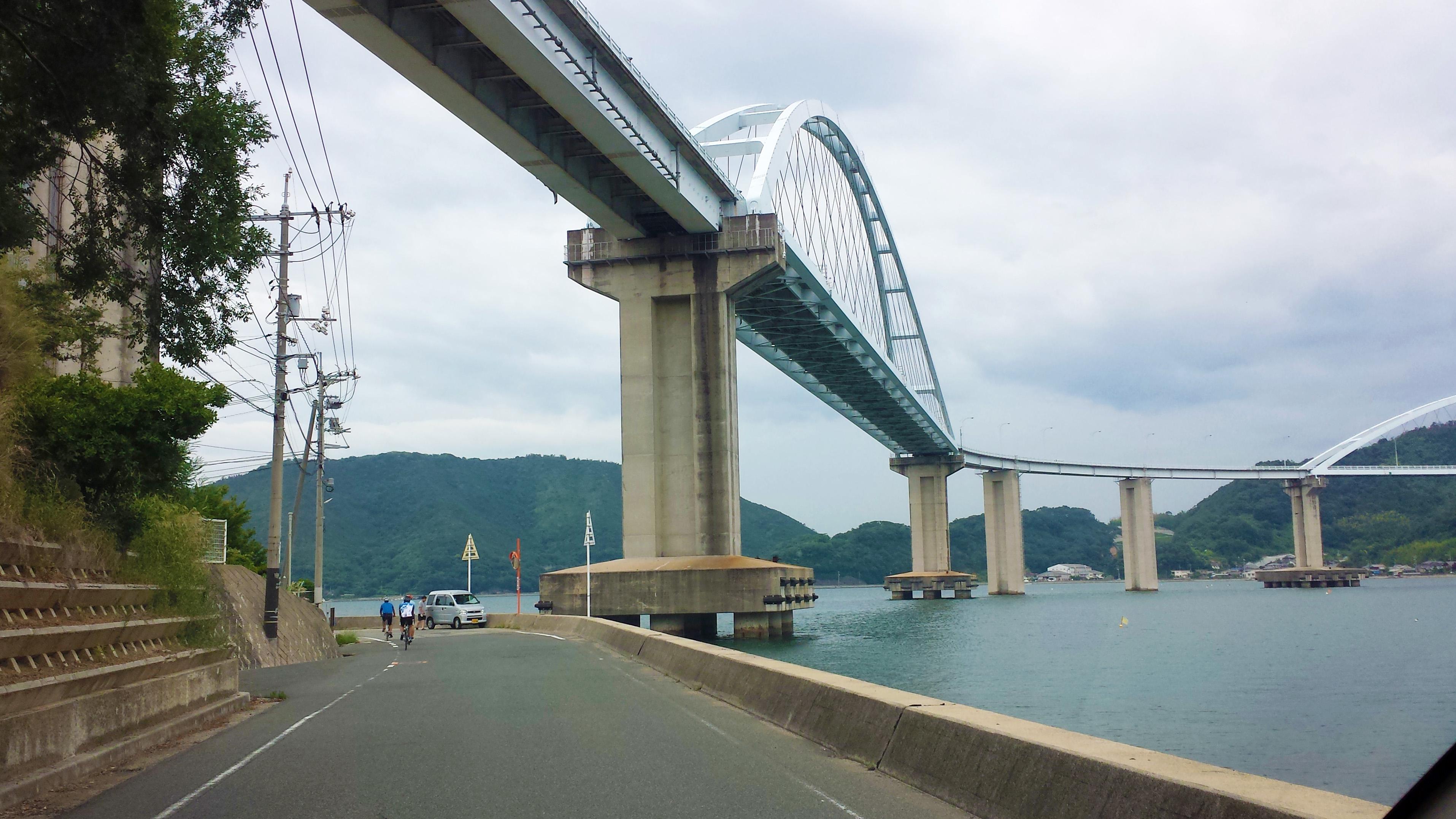 「く」の字型が珍しい内海大橋