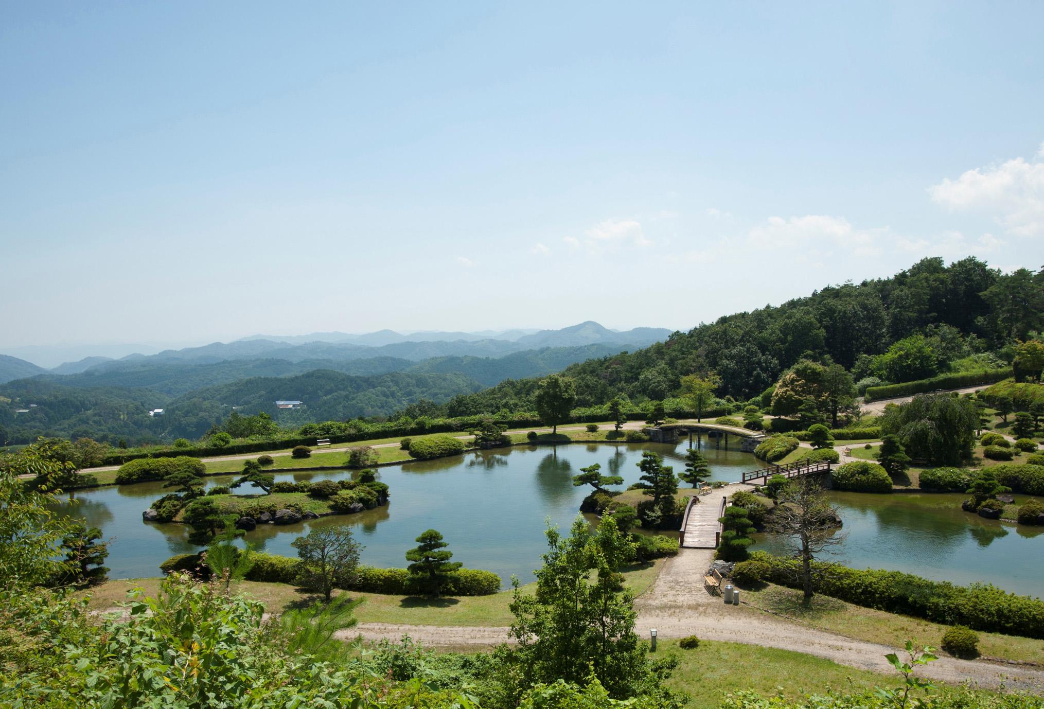 標高600メートルに位置する日本庭園では四季折々の色どりがあります