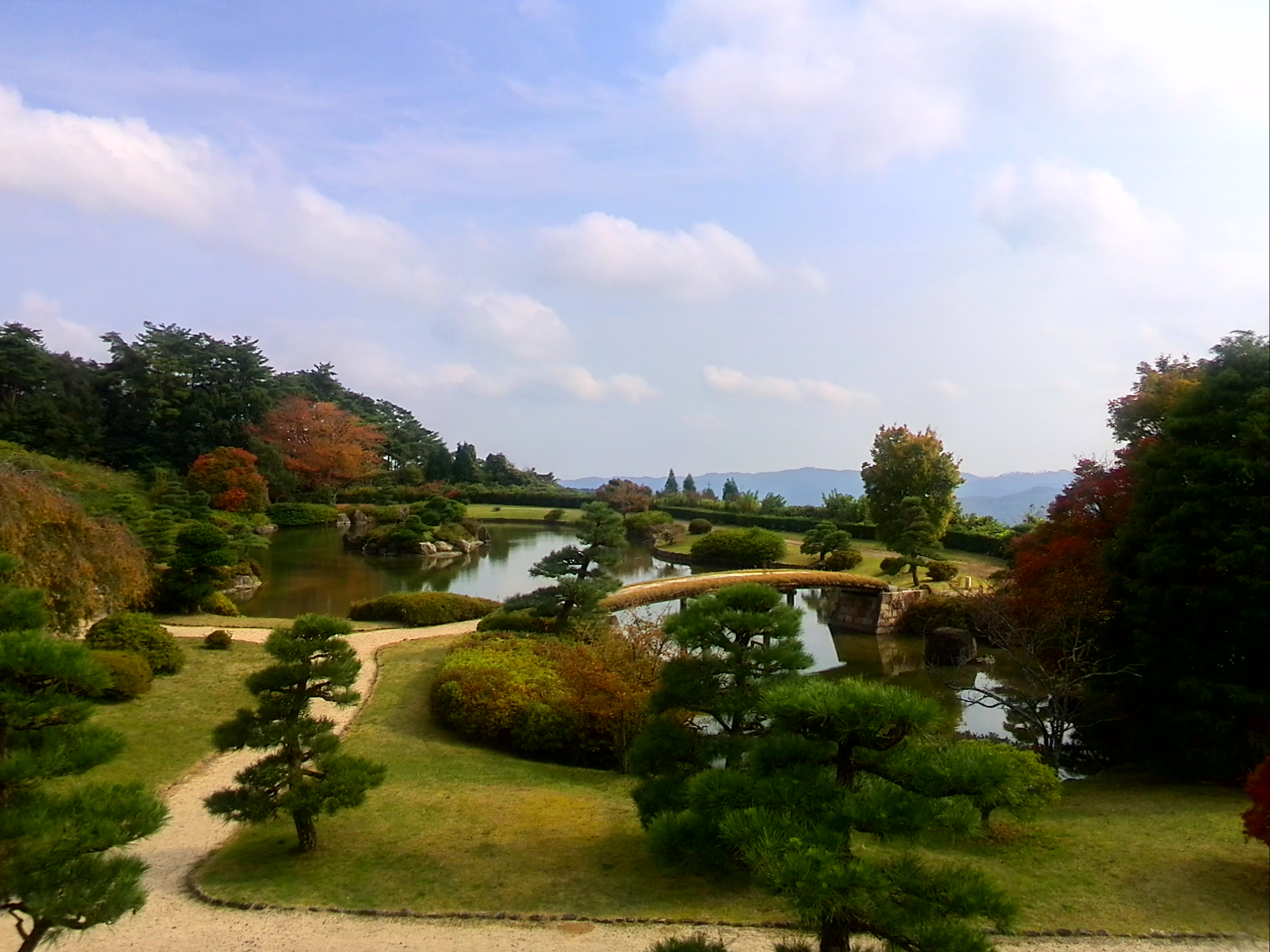紅葉の時期到来。日本庭園で凛とした時間を過ごす~神石高原ホテル