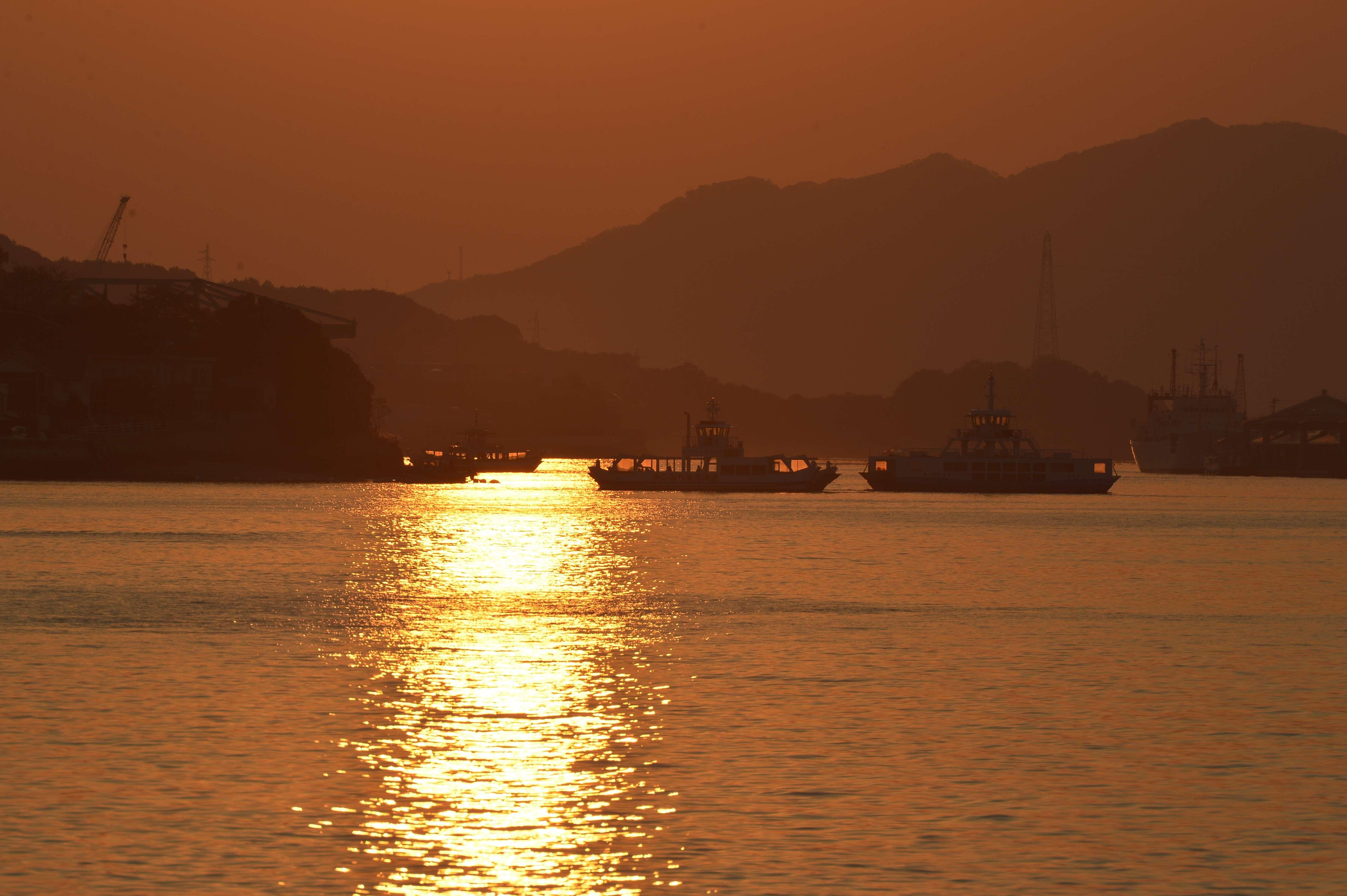尾道の海辺のバーで、夕陽に染まる景色を見ながら楽しむHappy Hour。ONOMICHI U2