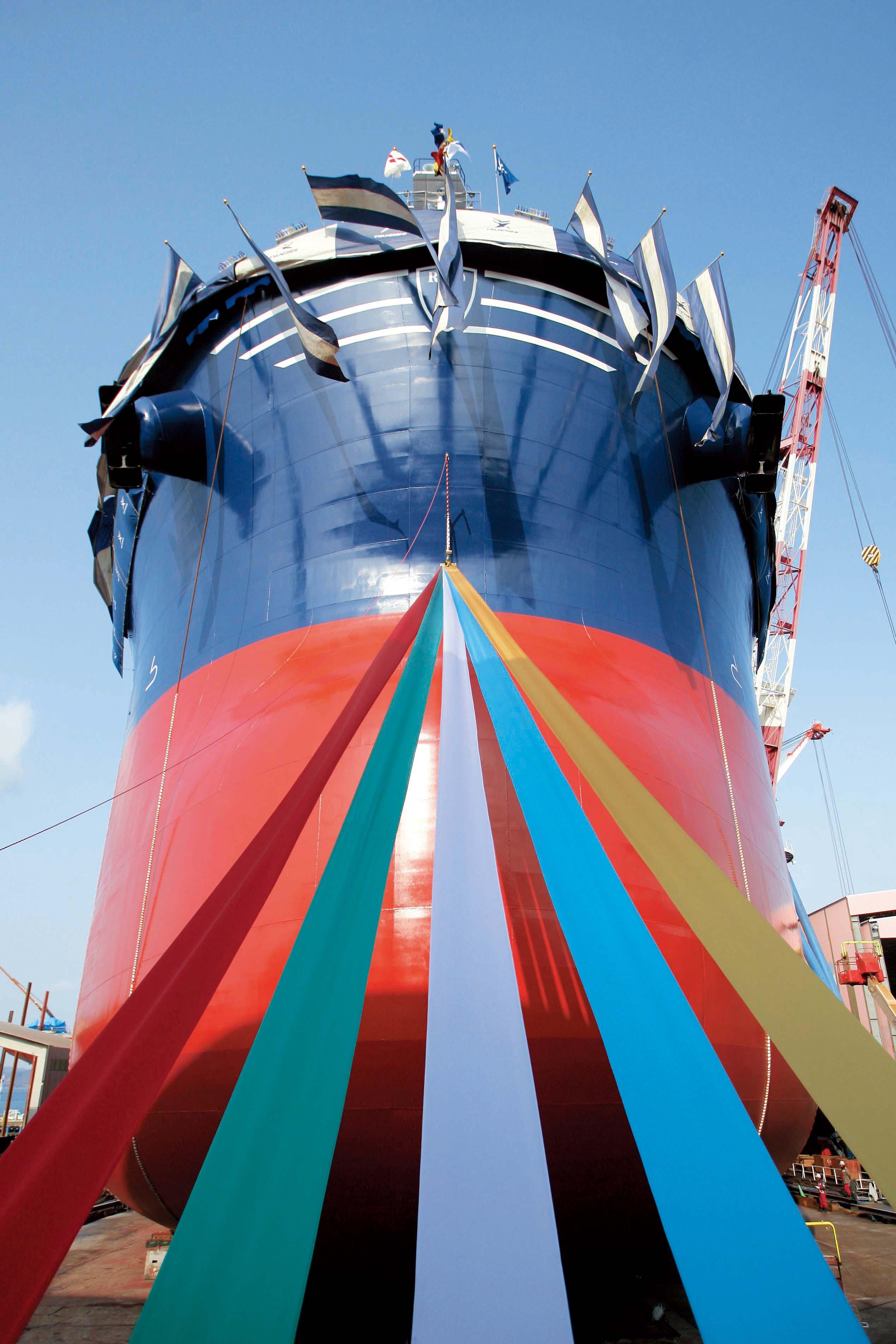 巨大な船が船台をすべり降りる姿はまさに圧巻です