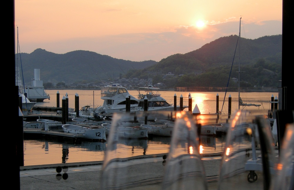 港町の象徴、マリーナからの美しい夕日