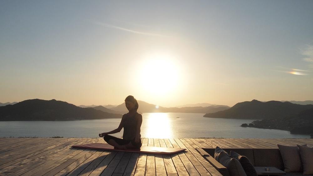 瀬戸内の海と山に抱かれながら青空の下で心身を癒す、ベラビスタ境ガ浜のリラクゼーションヨガ