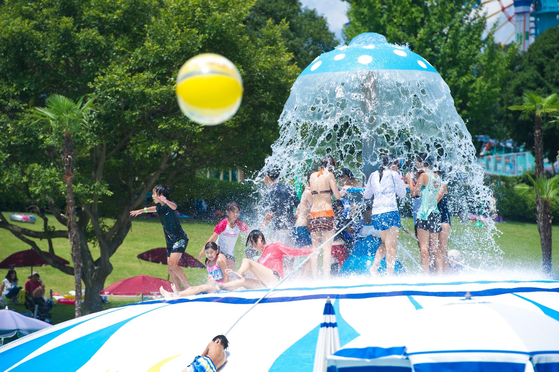 7/11プールオープン!西日本最大級のトランポリンドームが大人気!!前売券販売は7/10(金)まで。三世代テーマパークみろくの里