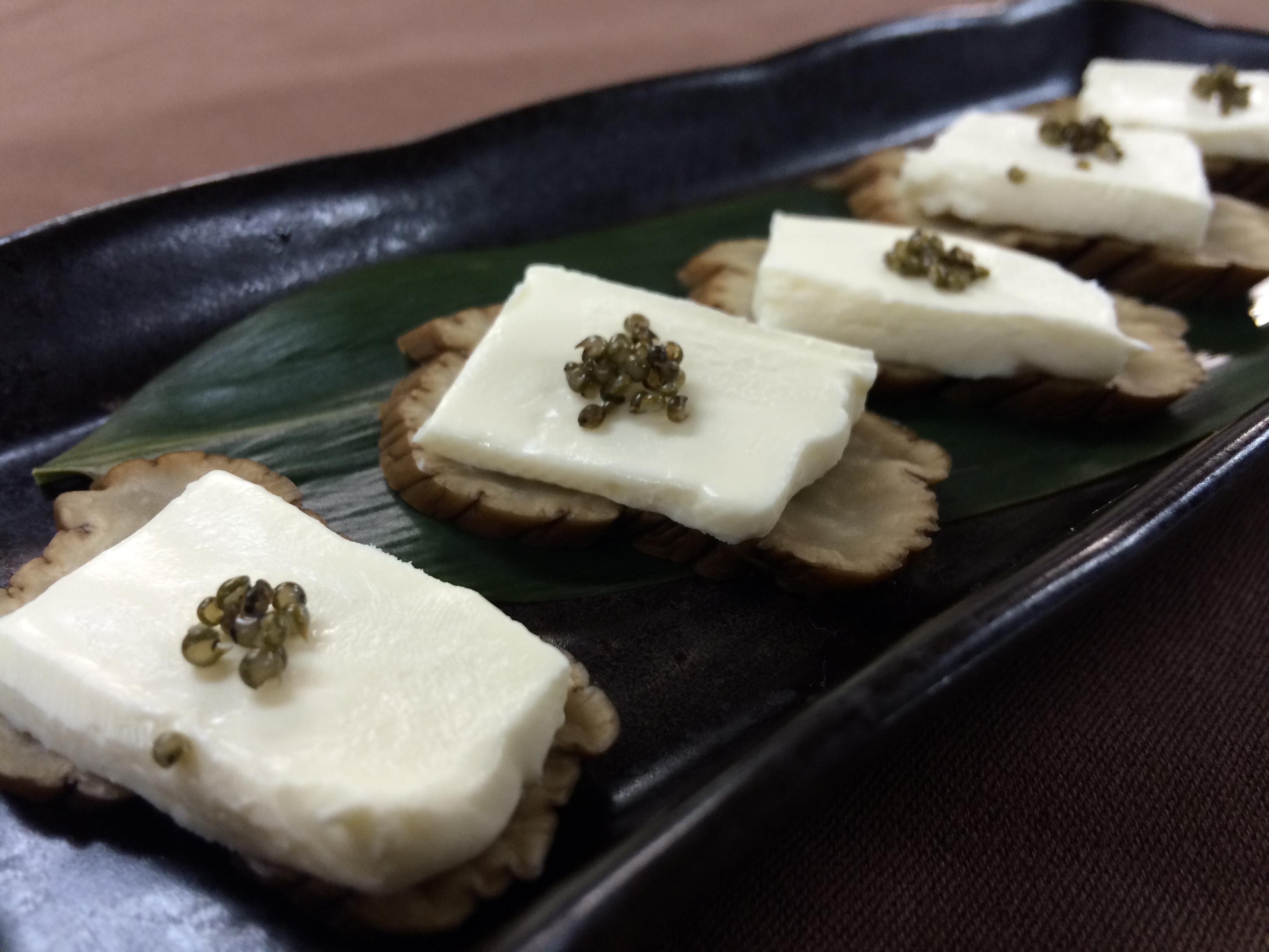 名物「いぶりがっこ」のクリームチーズのせ 420円