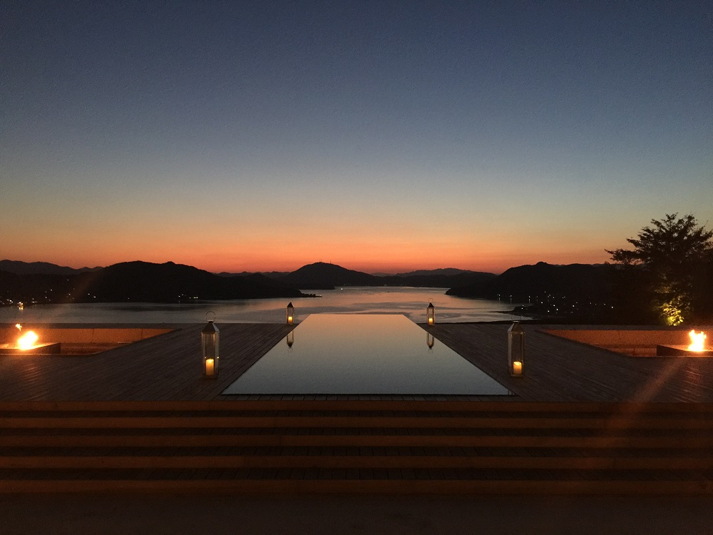 ベラビスタのシンボルから望む鮮やかな夕景