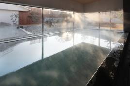 """内風呂""""ラドンの湯""""は体を芯から温め、冷めにくい。冷えを取り除いて元気に過ごそう!"""