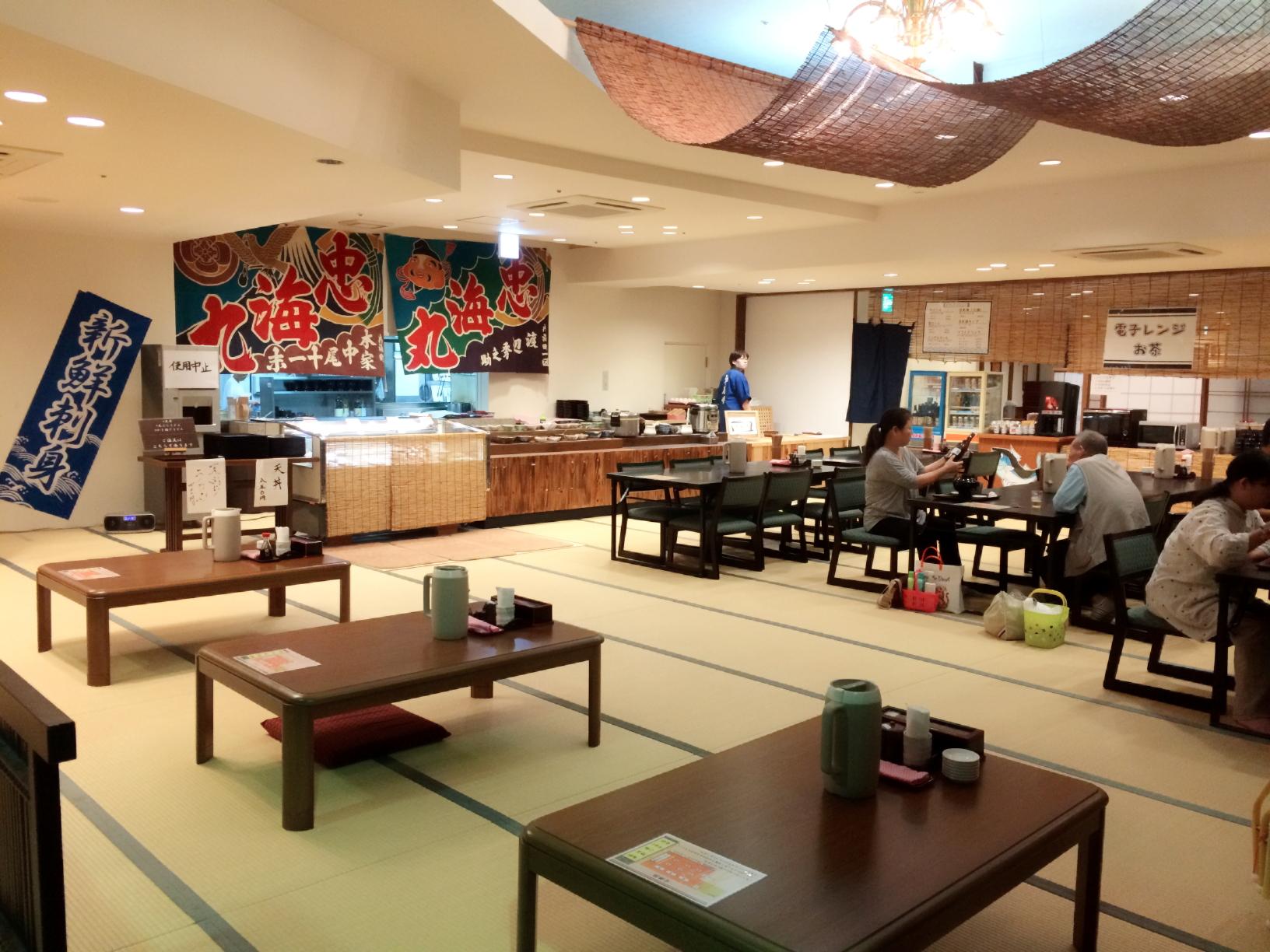 セルフサービスのお食事処『魚千食堂』はあざやかな大漁旗が目印