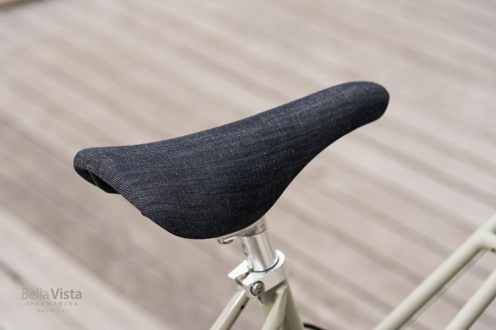 サドルはサイクリストに人気の KASHIMAX aero×カイハラデニム